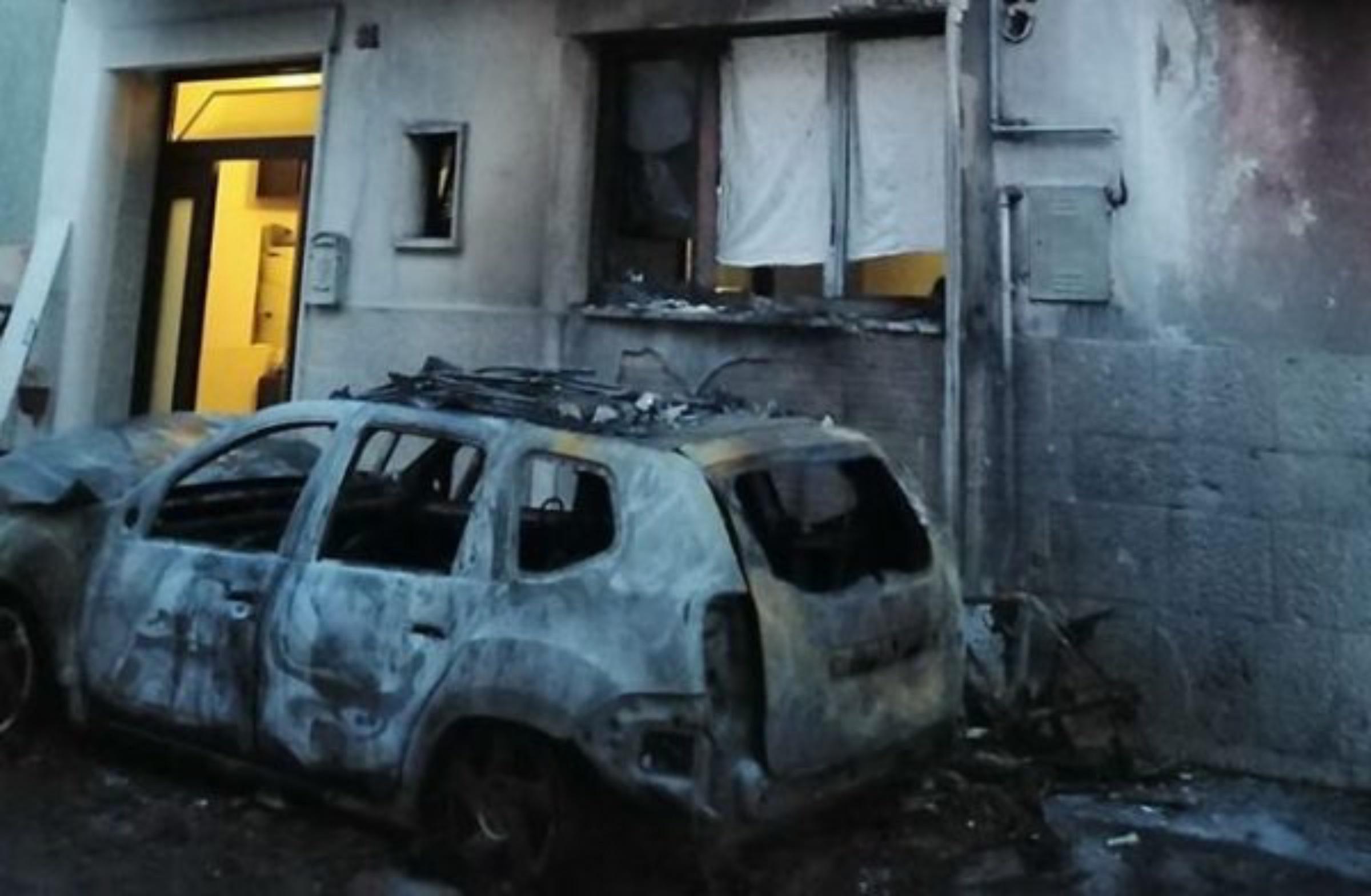 Toritto, incendiata l'auto di una dirigente del Comune.  Il comunicato di Avviso Pubblico